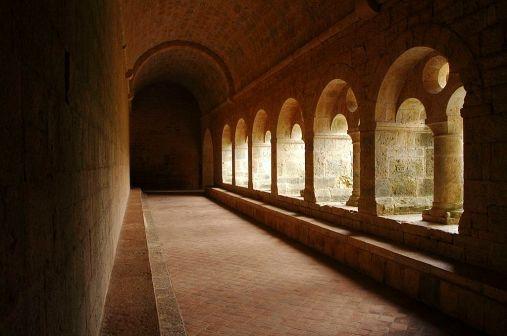 1024px-Cloître_de_l'abbaye_cistercienne_du_Thoronet_(Var)
